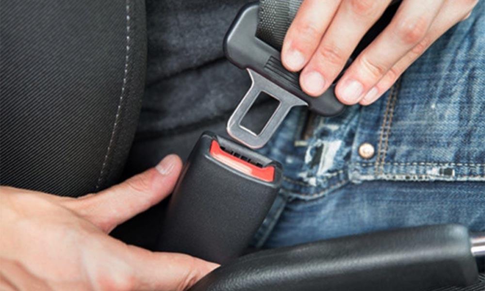 Thắt dây an toàn trên xe ô tô